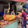 <p> Những người tiểu thương tại chợ tập trung nói chuyện trong lúc vắng khách.</p>