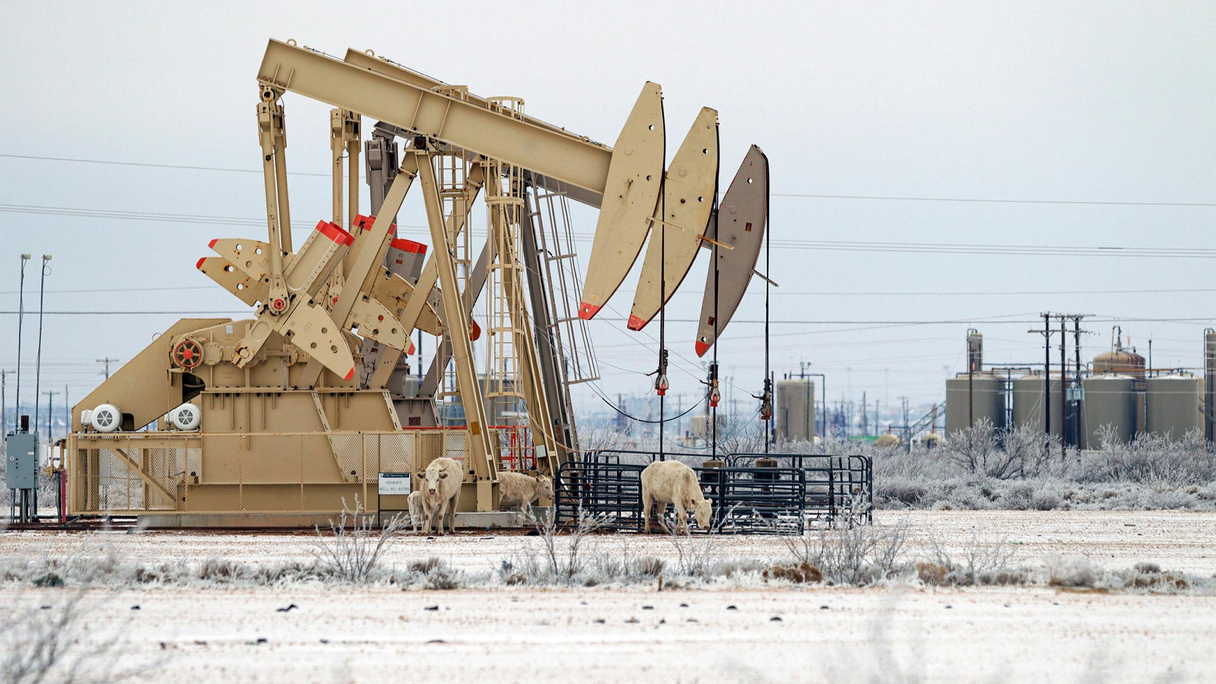 Sản lượng từ Mỹ bị đóng băng một phần, giá dầu tăng, vàng chạm đáy hơn 2 tháng