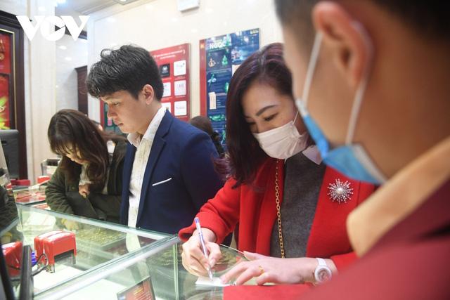 Nhiều người chen chân xếp hàng để mua vàng cầu may vào ngày vía Thần Tài. (Ảnh: Huy Phương/VOV.VN)