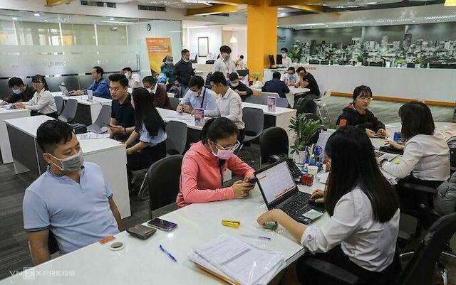 Khách hàng giao dịch chứng khoán tại một trụ sở trên đường Pasteur, quận 1, ngày 13/1/2020. Ảnh: Quỳnh Trần.