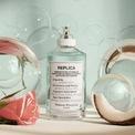 <p> Mùi hương nhẹ nhàng, dễ chịu của Maison Margiela Replica Bubble Bath là điểm nhấn giúp chai nước hoa được ưa chuộng. Các nốt hương của hoa hồng, hương thơm xà phòng, nước cốt dừa và xạ hương trắng đem lại cảm giác thư giãn. Tuy nhiên, khả năng lưu mùi của Replica Bubble Bath không được đánh giá cao. Hiện chai nước hoa có giá 135 USD. Ảnh: <em>Sephora.</em></p>