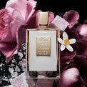 <p> Khả năng lưu mùi ấn tượng là điểm mạnh của Killian Love Don't Be Shy Extreme Eau de Parfum. Tuy nhiên, hương thơm ngọt ngào và có phần hơi nồng khiến chai nước hoa kén người dùng. Các nốt hương bao gồm hoa hồng, nhũ tương, hoa cam và kẹo marshmallow. Chai nước hoa có giá 275 USD. Ảnh: <em>Sephora.</em></p>