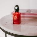 <p> Ngọt ngào và cay nồng là những tính từ để mô tả hương thơm của Giorgio Armani Si Passione Intense Eau de Parfum. Chai nước hoa gồm các nốt hương của mật hoa blackcurrant, hoa nhài và hoắc hương. Hiện Si Passione Intense Eau de Parfum được bán với giá 136 USD. Ảnh: <em>Litevanlines.</em></p>