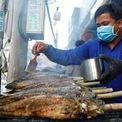 """<p class=""""Normal""""> Ông Trần Văn Khê (42 tuổi, em trai ông Trung) cho biết, cả năm chỉ có một ngày cả nhà cùng thức trắng đêm nướng cá.</p> <p class=""""Normal""""> """"Người nướng phải tập trung trở cá đều cho khỏi cháy, thịt chín đều. Bình thường khi nướng sẽ moi mật để khỏi đắng nhưng ngày vía Thần tài thì giữ lại cho cá được nguyên vẹn khi cúng"""", ông Khê nói.</p>"""