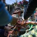 <p> Nhiều người cùng chìa tiền ra và yêu cầu bán cho mình trước khiến việc mua bán diễn ra hỗn loạn. Một nữ sinh đã bị móc mất điện thoại trong lúc chen lấn. Sau 20 phút, hơn 5 tấn rau đã được bán hết. Trong hai ngày qua, nhóm của chị Thuỷ đã bán giải cứu được 25 tấn hàng gồm ổi, cà rốt, cà chua, bắp cải, su hào, súp lơ… Dự kiến, ngày mai có 10 tấn ổi, 20 tấn rau củ quả các loại và khoảng 10.000 quả trứng về đến thủ đô.</p>