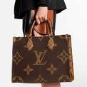 <p> <strong>2. Louis Vuitton OnTheGo Tote Limited Edition</strong>: Chiếc túi này rất đa năng và không kém phần sang trọng. Nó được bán ra từ năm 2020. Do OnTheGo được sản xuất số lượng có hạn, bạn khó mua được thiết kế trên ở các cửa hàng bán lẻ thông thường. Sự hiếm có ấy cũng là lý do giúp mẫu túi trở nên hot tại thị trường bán lại. Ảnh: <em>Louis Vuitton.</em></p>