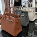 <p> <strong>5. Hermès Birkin</strong>: Với danh sách khách hàng chờ dài, Birkin là mẫu túi biểu tượng cho giới thượng lưu. Cũng vì khó mua, nhu cầu sở hữu một chiếc Birkin của người giàu tăng cao. Giá bán lại của Birkin thay đổi tùy thuộc vào chất liệu và tình trạng. Nó thậm chí cao hơn cả giá mua ở cửa hàng. Ảnh: <em>Fifth Avenue Girl.</em></p>