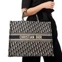 <p> <strong>8. Dior Book Tote</strong>: Chiếc túi xách này được thiết kế bởi giám đốc sáng tạo Maria Grazia Chiuri vào năm 2018. Khi đã qua sử dụng, món phụ kiện vẫn giữ được 98% giá trị. Ảnh: <em>Xupes.</em></p>