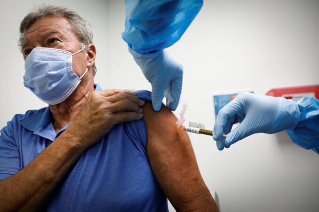 Tình nguyện viên tiêm vaccine Covid-19 tại Mỹ, tháng 10/2020. Ảnh: NY Times.