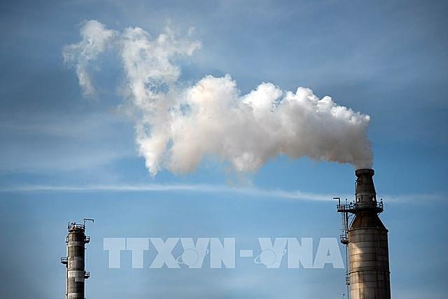 Khói phát thải ra từ một nhà máy lọc dầu ở Houston, bang Texas, Mỹ. Ảnh: AFP/TTXVN