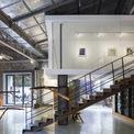 <p> Hai cấu trúc nhỏ được thiết kế và bố trí cẩn thận để tạo ra các phòng trưng bày đa chức năng trong các không gian bên trong. Phòng đọc tầng trệt kệ thép thô có mái tôn hỗ trợ quan sát các khu vực phía trên.</p>