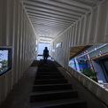 <p> Một container dài đặt ở một góc không chắc chắn và bị xuyên thủng bởi những đường cắt bất thường tạo nên một cầu thang kết thúc với khung cảnh bầu trời. Nhiều đường cắt của nó kết nối bất ngờ các không gian liền kề, kết nối tạo thành khu phức hợp.</p>