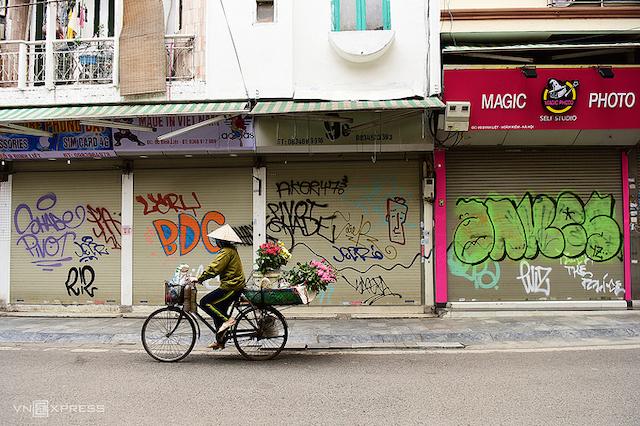 Đường phố Hà Nội vắng vẻ trong đợt cả nước thực hiện giãn cách chống dịch hồi tháng 4/2020. Ảnh: Giang Huy.