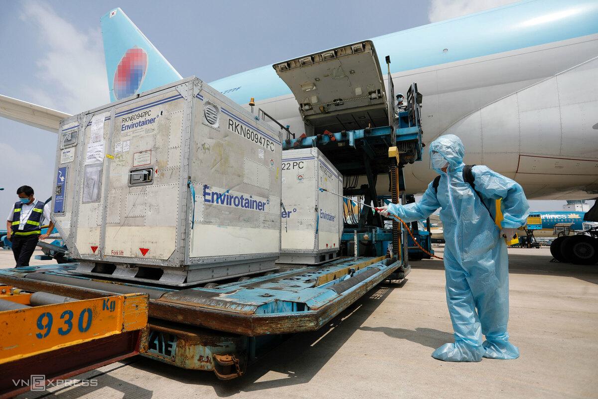 10 kiện vaccine Covid-19 đến sân bay Tân Sơn Nhất