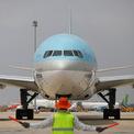 """<p class=""""Normal""""> Sau khi hạ cánh, máy bay chở vaccine được nhân viên mặt đất hướng dẫn vào bãi đỗ.</p>"""