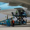 """<p> <span style=""""color:rgb(0,0,0);"""">Các nhân viên sân bay Tân Sơn Nhất trong trang phục chống dịch đang chuẩn bị bốc dỡ vaccine từ máy bay xuống.</span></p>"""