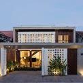 """<p class=""""Normal""""> Ngôi nhà tọa lạc tại thành phố cao nguyên Kon Tum, nơi dòng sông Đắk Bla bồi đắp phù sa màu mỡ. Nhà được xây dựng trên lô đất có diện tích 8,4 m x 56 m, trên trục đường tiềm năng. Các công trình kiến trúc địa phương đang dần mất đi bản sắc kiến trúc nhiệt đới, gây ra tiếng ồn và bụi xâm nhập vào không gian.</p>"""