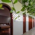 <p> Một hành lang mở ra thiên nhiên và chạy quanh giếng nước cổ kính kết nối với không gian cá nhân phía sau</p>
