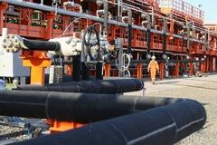Sản lượng tại Mỹ giảm, giá dầu lên đỉnh 13 tháng