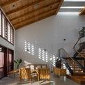 <p> Tại đây, những tia nắng thay đổi liên tục trong ngày khiến ngôi nhà trở nên sinh động và thu hút hơn.</p>