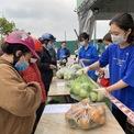 <p> Liên hiệp Hợp tác xã Việt Nam và Liên hiệp Hợp tác xã OCOP Việt Nam phối hợp mở điểm bán hàng, tiêu thụ nông sản, thực phẩm cho những hợp tác xã khác bị ảnh hưởng bởi dịch Covid-19.</p> <p> Đây là điểm bán đầu tiên tại đường Cổ Linh, quận Long Biên, Hà Nội. Việc tiêu thụ nông sản sẽ diễn ra trong thời gian 1 tháng, tính từ ngày 23/2 và sẽ có thêm 9 điểm bán khác được mở tiếp theo.</p>