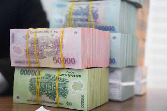 Giao dịch tiền tại một ngân hàng cổ phần ở Hà Nội.