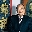 """<p class=""""Normal""""> <strong>6. Lee Man Tat</strong></p> <p class=""""Normal""""> Tài sản: 17,4 tỷ USD</p> <p class=""""Normal""""> Lee Man Tat là chủ tịch của LKK Group, công ty mẹ hãng nước sốt Lee Kum Kee. Vị tỷ phú đóng vai trò cố vấn tại tập đoàn, trong khi hoạt động kinh doanh hàng ngày do các con ông điều hành. (Ảnh: <em>Bloomberg</em>)</p>"""
