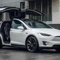 """<p class=""""Normal""""> <strong>Tesla Model X</strong></p> <p class=""""Normal""""> Được mệnh danh là """"Cánh chim ưng"""", Model X đang là dòng xe đắt nhất của Tesla hiện nay. Hiện tại, Model X đang có 2 phiên bản tùy chọn là Long Range và Plaid.</p> <p class=""""Normal""""> Phiên bản Long Range có tầm hoạt động khoảng 579 km cho một lần sạc với giá bán khởi điểm 91.190 USD. Phiên bản Plaid dù có tầm hoạt động ngắn hơn (547 km) nhưng lại có khả năng tăng tốc nhanh hơn, sở hữu tốc độ tối đa lớn hơn. Giá của một chiếc Tesla Model X Plaid vào khoảng 121,190 USD.</p> <p class=""""Normal""""> Cấu hình cơ bản của Tesla Model X chỉ có 5 ghế ngồi, khách hàng phải chi thêm 6.500 USD nếu muốn thêm 1 ghế hoặc 10.000 USD cho 2 ghế.</p>"""
