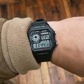 <p> Casio World Timer Watch là một trong những mẫu đồng hồ tốt nhất có giá dưới 30 USD. Thiết kế phù hợp với người theo đuổi phong cách năng động, thể thao. Bên cạnh đó, mẫu đồng hồ kỹ thuật số này có khả năng chống nước 100 m, đường kính 39,5 m và màn hình LCD. World Timer Watch được bán với giá 25 USD. Ảnh: <em>Hodinkee</em></p>
