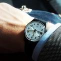<p> Thiết kế đính kèm dây đeo silicon được ưa chuộng bởi kiểu dáng đơn giản, tinh tế. Swatch Twice Again có bộ chuyển động ngày chạy bằng thạch anh, khả năng chống nước 30 m. Với mức giá 75 USD, bạn sẽ sở hữu phụ kiện mang hơi hướm tối giản, mặt số dễ đọc. Tuy nhiên, phom dáng nhỏ là khuyết điểm khiến mẫu đồng hồ không quá phổ biến. Ảnh: <em>Watch Chronicler.</em></p>
