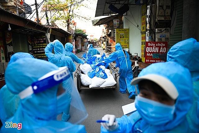 UBND huyện Cẩm Giàng (Hải Dương) phát gạo cứu trợ cho công nhân bị kẹt lại do dịch Covid-19. Ảnh: Thạch Thảo.