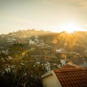 Căn nhà không cầu kỳ nhưng tầm nhìn xịn, có thể ngắm sương mù tận giường