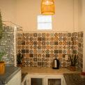 <p> Homestay có sân, bếp, tủ lạnh và đặc biệt là ban công. Những món đồ dùng cơ bản đều được chuẩn bị sẵn.</p>