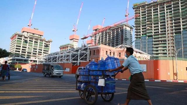 Một người bán hàng rong tại Yangon (Myanmar) đầu tháng 2. Ảnh: AP