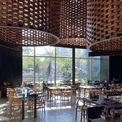 <p> Nhà hàng được bố trí 7 trụ gạch gỗ với nhiều kích cỡ khác nhau. Các trụ này được treo trên tấm bê tông cốt thép của tầng trên và được hỗ trợ về mặt cấu trúc bởi các cột chữ T.</p>