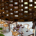 <p> Các khối gỗ được lắp ráp với nhau bằng cách sử dụng các mối ghép, không dán keo để gỗ có thể tự do giãn nở ra và hoạt động theo sự thay đổi của độ ẩm môi trường. Trong trường hợp cần thiết, nhà hàng có thể tái sử dụng vật liệu tại một vị trí khác.</p>
