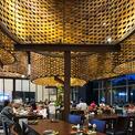 """<p class=""""Normal""""> Một trong những đồ nội thất đặc biệt nhất của nhà hàng là bàn ăn dài cho 12 người được làm bằng các thanh cốt thép, chân đỡ bằng bê tông gỗ và mặt kính để lộ cấu trúc bên dưới.</p>"""