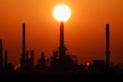 OPEC+ dự báo tăng cung, giá dầu chạm đáy hai tuần