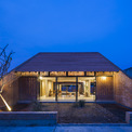 <p> Các kiến trúc sư của Tropical Space đã thiết kế ngôi nhà này với cảm hứng kết cấu truyền thống đi kèm với 3 không gian riêng biệt và có mái dốc nhưng sử dụng ngôn ngữ kiến trúc hiện đại và khỏe khoắn.</p>