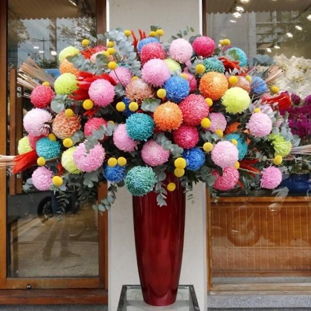 Bình cúc mẫu đơn đủ màu giá 20 triệu được khách hàng doanh nghiệp mua tặng đối tác ở quận 1. Ảnh: Flower box.