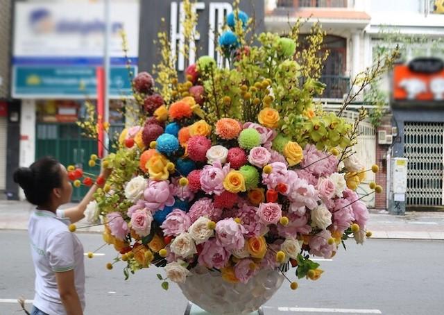 Bình hoa giá 65 triệu đồng được vị khách đặt mua. Ảnh: Flower box.