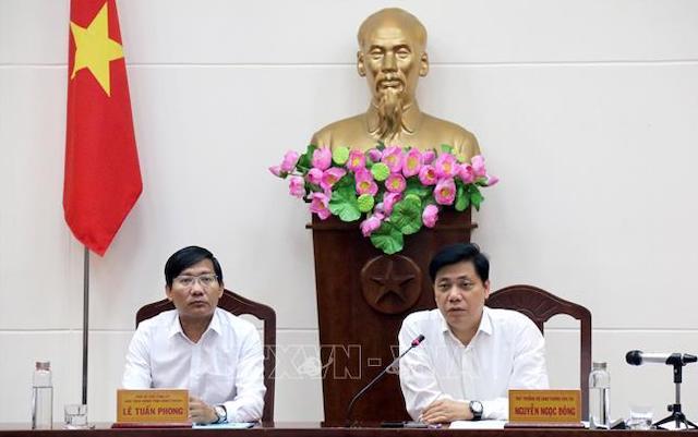 Thứ trưởng Bộ Giao thông Vận tải Nguyễn Ngọc Đông (phải) phát biểu tại buổi làm việc.