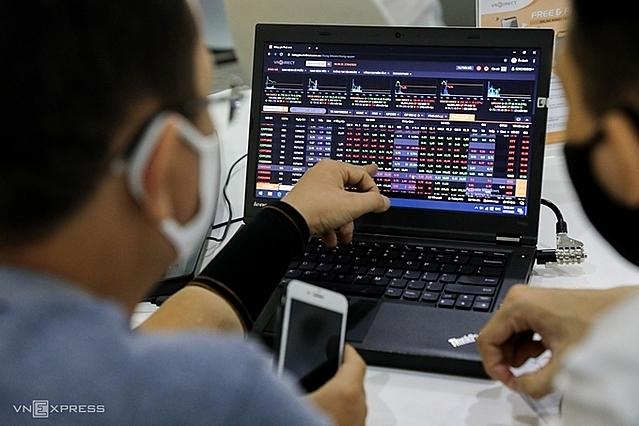 [Caption]Nhà đầu tư theo dõi bảng giá tại sàn chứng khoán VNDirect. Ảnh: Quỳnh Trần.