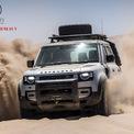 """<p class=""""Normal""""> <strong>Best Medium SUV (SUV cỡ trung tốt nhất): Land Rover Defender</strong></p> <p class=""""Normal""""> Defender 2020 được phát triển trên nền tảng unibody bằng nhôm thay cho khung thép, giảm đáng kể trọng lượng qua đó giảm mức tiêu hao nhiên liệu. Nhà sản xuất nhấn mạnh SUV mới vẫn đảm bảo khả năng off-road ấn tượng dù sử dụng khung nhôm.</p>"""