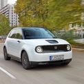 """<p class=""""Normal""""> <strong>Best EV (Xe điện tốt nhất): Honda e</strong></p> <p class=""""Normal""""> Honda e là mẫu ôtô chạy điện hoàn toàn hướng đến những khách hàng thành thị. Bản tiêu chuẩn lắp động cơ điện công suất 134 mã lực và bản cao cấp hơn Advance dùng động cơ điện 152 mã lực. Honda e Advance tăng tốc từ 0 lên 100 km/h sau 8 giây.</p>"""