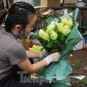 """<p class=""""Normal""""> Nhiều tiểu thương còn đăng bán hoa trên các trang mạng xã hội. Chị Minh Hương – chủ cửa hàng hoa tươi trên đường Nguyễn Phong Sắc cho biết: """"Năm nay do dịch COVID-19 mà khách đặt hàng online nhiều hơn. Những ngày cận dịp 8/3, tôi phải thuê thêm nhân viên để chốt đơn vì người đặt hàng nhiều không xuể"""".</p>"""