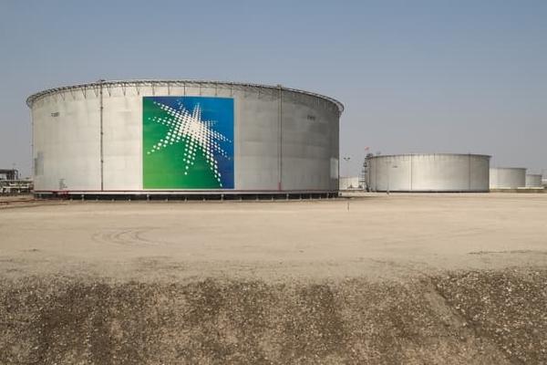 Cơ sở của Arab Saudi bị tấn công, giá dầu vượt 70 USD/thùng