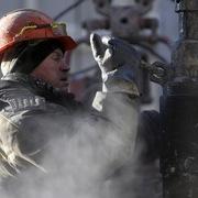 Giá dầu giảm, vàng chạm đáy 9 tháng