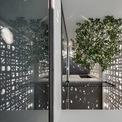 """<p class=""""Normal""""> Ở mỗi tầng, một lô gia được bố trí bên cạnh bồn hoa phía trước mặt tiền là không gian đệm để các thành viên trong gia đình nghỉ ngơi và làm việc. Nó cũng giúp hạn chế tác động của gió vào ngôi nhà.</p>"""