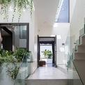 <p> Khoảng trống giữa nhà có xu hướng rộng hơn ở các tầng trên, giúp kết nối nhiều không gian hơn như nhà vệ sinh, phòng ngủ, cầu thang và sân phơi, tạo cảm giác rộng mở, gần gũi với thiên nhiên. Hơn nữa, khoảng trống giúp lấy sáng tốt hơn và đảm bảo sự đối lưu không khí trong nhà.</p>
